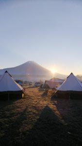 テントの間から見える富士山